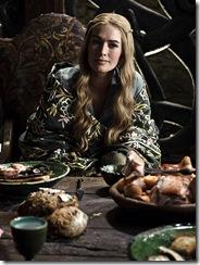 Královna Cersei Lannister u hodovního stolu na Zimohradě.