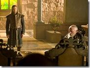 Lord Eddard Stark na setkání malé rady s velmistrem Pycellem.